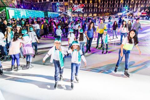 Gente patinando en la pista sostenible de Glice en la Ciudad de México